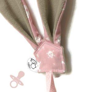 Attache sucette .Oreilles lapin .rose motif tête de mort  et polaire taupe.Original.Fait main.