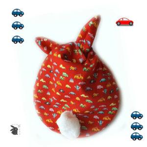 """Range doudou   """" Nid câlin """" tissu coton  rouge motif petites voitures  . Pratique et ludique."""