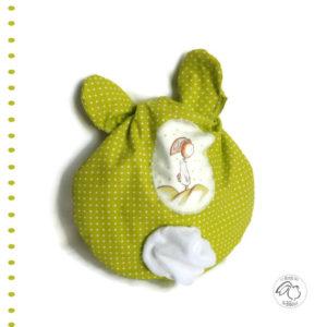 """Range doudou bébé  """" Nid câlin """" tissu coton vert anis , appliqué lapin . Pratique et ludique."""