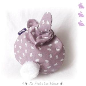 """Range doudou   """" Nid câlin """" tissu coton  mauve motif petits lapins blanc . Pratique et ludique."""