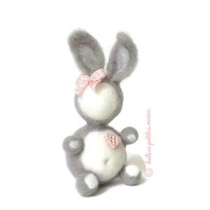Lapin décoratif gris et blanc en laine cardée avec son cœur et nœud décoratif vichy rose, original fait main.