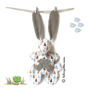 Doudou lapin tissu blanc motif triangles multicolore avec appliqués cœurs .original, fait main.