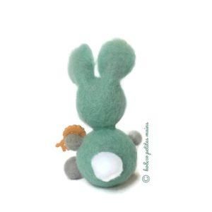 Lapin décoratif bleu turquoise et gris en laine cardée avec figurine lion , original fait main.