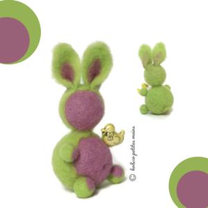 Lapin décoratif vert anis et mauve en laine cardée avec figurine canard, original fait main.