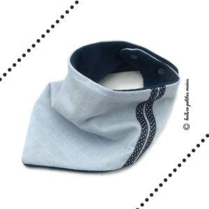 Bandana, tour de cou, bleu ciel tissu lange doublé micro polaire .Surpiqué rubans bleu pois blanc. Original, unique .