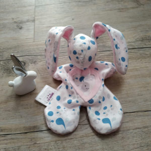 Doudou lapin blanc et rose motif baleine bleu,tissus oeko tex, original fait main.