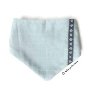 Bandana, tour de cou, bleu ciel tissu lange doublé micro polaire .Surpiqué ruban bleu avec étoiles. Original, unique .