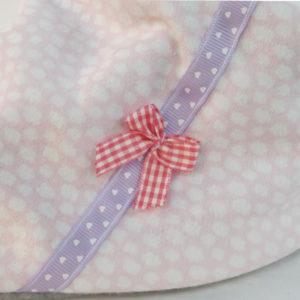 Bandana, tour de cou, . Tissu jersey coton rose doublé polaire gris.Surpiqué rubans pois mauve. Original, unique