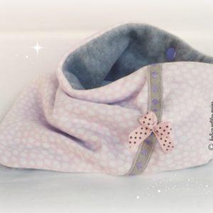 Bandana, tour de cou, . Tissu jersey coton rose pois blanc doublé polaire gris.Surpiqué ruban naturel pois mauve. Original, unique