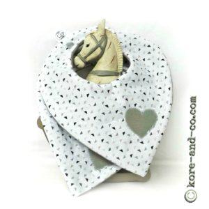 Bavoirs bandana bébé  6 à 18 mois blanc gris taupe . lot de deux. ajustable.