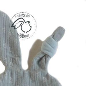 Doudou lapin plat , gris et bleu, motif petits pieds bébé, lange de coton et micro polaire Oeko tex.