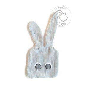 Doudou lapin plat , gris et rose, motif petits pieds bébé, lange de coton et micro polaire Oeko tex.