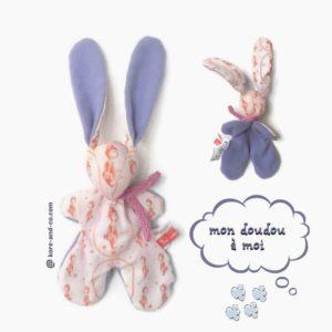 Doudou lapin rose et mauve , motif illustration unique petit ours.