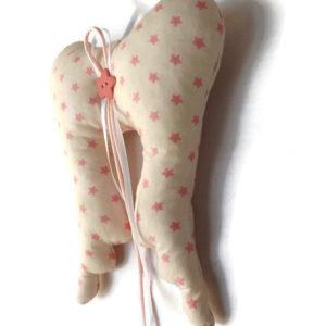 Ailes d'ange. Décoration de noël à suspendre tissu beige étoiles roses.