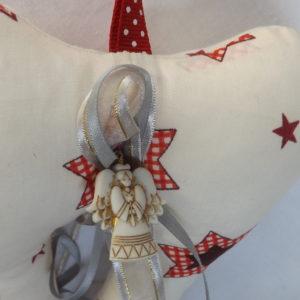 Ailes d'ange. Décoration de noël à suspendre tissu beige motifs rouge.