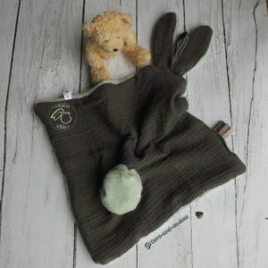 Doudou  oreilles de lapin, tissu double gaze de coton doublé Teddy doux et moelleux .Marron et vert anis , fait main , unique et original.