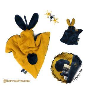 Doudou  oreilles de lapin, tissu double gaze de coton doublé Teddy doux et moelleux .Couleur Safran et bleu marine , fait main , unique et original.