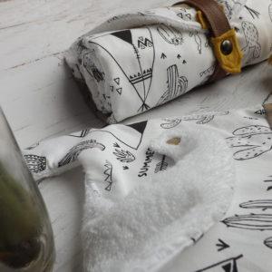 Ensemble Nomade , tapis à langer, bavoir, foulard bandana, motif indien blanc noir et safran.