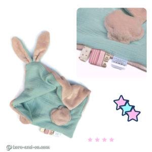 Doudou  oreilles de lapin, tissu double gaze de coton doublé Teddy doux et moelleux .Vert d'eau et rose, fait main , unique et original.