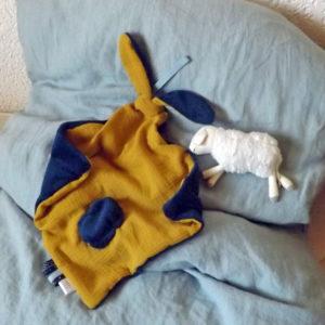 Doudou  oreilles de lapin, tissu double gaze de coton doublé Teddy doux et moelleux .Bleu marine et safran fait main , unique et original.
