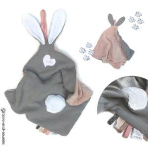 Doudou  oreilles de lapin, tissu double gaze de coton doublé Teddy doux et moelleux .Rose et gris , unique et original.