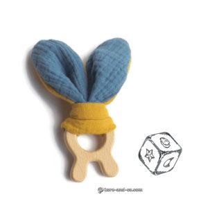 Jouet dentaire pour bébé. 2 jeu oreilles de lapin en  tissus coton jaune moutarde et bleu sur anneau de bois lapin.