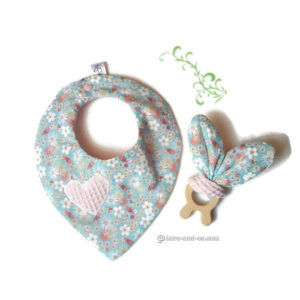 Bavoir bandana et jouet dentaire assorti lapin .Tissu fleuri .Cadeau de naissance .
