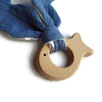Jouet dentaire pour bébé,bois forme poisson , tissus Oeko tex bleu et motif pieuvre.
