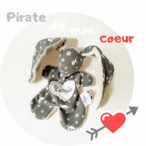 Doudou lapin pirate «tête de mort», tissus Oeko tex gris et taupe, fait main unique et original.