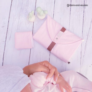 Tapis à langer nomade et son lot de lingettes lavables .Rose et blanc.