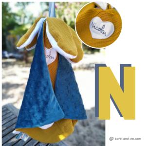 Doudou  lapin plat , tissu double gaze jaune safran doublé velours bleu.
