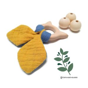 Jouet dentaire pour bébé , tête de chat, bois de hêtre, tissus Oeko tex double gaze de coton jaune et bleu.