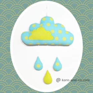 Décoration chambre d'enfant nuage et gouttes de pluie bleu turquoise et vert anis.