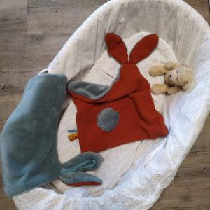 Deux Doudou lapin lange ,gris et brique. Multi sensoriel en tissus Oeko Tex.Originaux, fait mains.