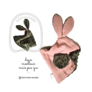 Doudou lapin pour bébé. Multi sensoriel pour l'ouïe et le développement du toucher.Vert bronze et rose.