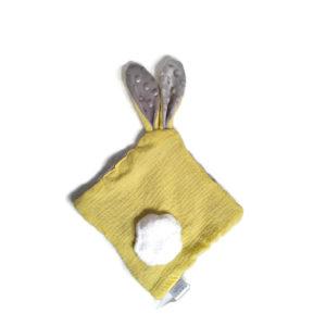 Doudou lapin pour bébé. Multi sensoriel .Tissus Oeko tex jaune et gris.