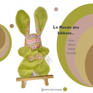 Doudou lapin  en tissu coton multicolore et vert anis, unique et original. Fait mains.