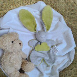 2 Doudous lapins nuage en tissu gris et vert anis. RESERVE