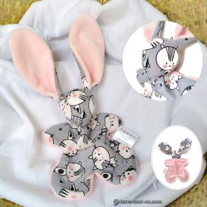 Doudou lapin en tissu motif chat, gris et rose, unique et original. Fait mains .