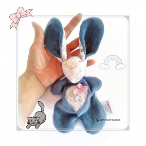 Doudou lapin en tissu bleu myosotis et blanc motifs chatons. Fait mains, unique et original.