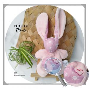Doudou lapin  rose motif tête de mort.Tissus Oeko tex coton et Teddy Polyester. Unique, original fait mains.