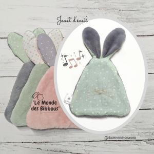 Jouet d'éveil, doudou lapin multi sensoriel . Vert motifs cœur et gris. original, fait mains en France.