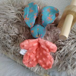 Doudou lapin  bleu turquoise et rose corail.Tissus Oeko tex coton motifs girafe et Minkee Polyester . Unique, original fait mains.