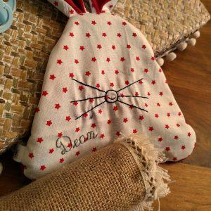 Jouet d'éveil, doudou lapin multi sensoriel .Rouge motif étoiles, original, fait mains en France.