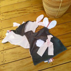 Deux Doudou lapin lange . Multi sensoriel en tissus Oeko Tex.Originaux, fait mains.