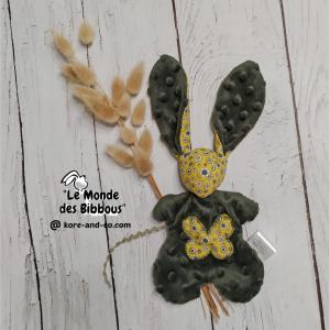 Doudou lapin  noir et blanc motif poissons.Tissus Oeko tex coton jaune motifs fleurs et Minkee Polyester vert bronze. Unique, original fait mains.