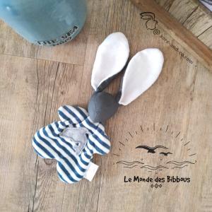 Doudou lapin marin, appliqué dauphin.Tissus Oeko tex coton gris et velours . Unique, original fait mains.