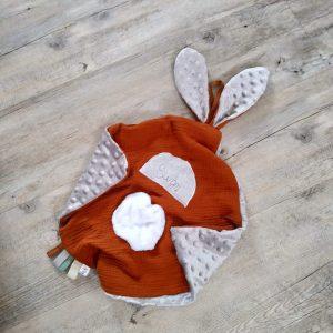 Doudou lapin lange couleur brique et gris. Multi sensoriel .Original fait mains.Personnalisé.