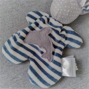 Doudou lapin gris bleu et blanc avec appliqué dauphin. Fait main .Unique et original.