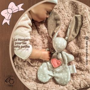 Doudou lapin gris et taupe motif cœurs aux ailes d'ange. Fait main .Unique et original.